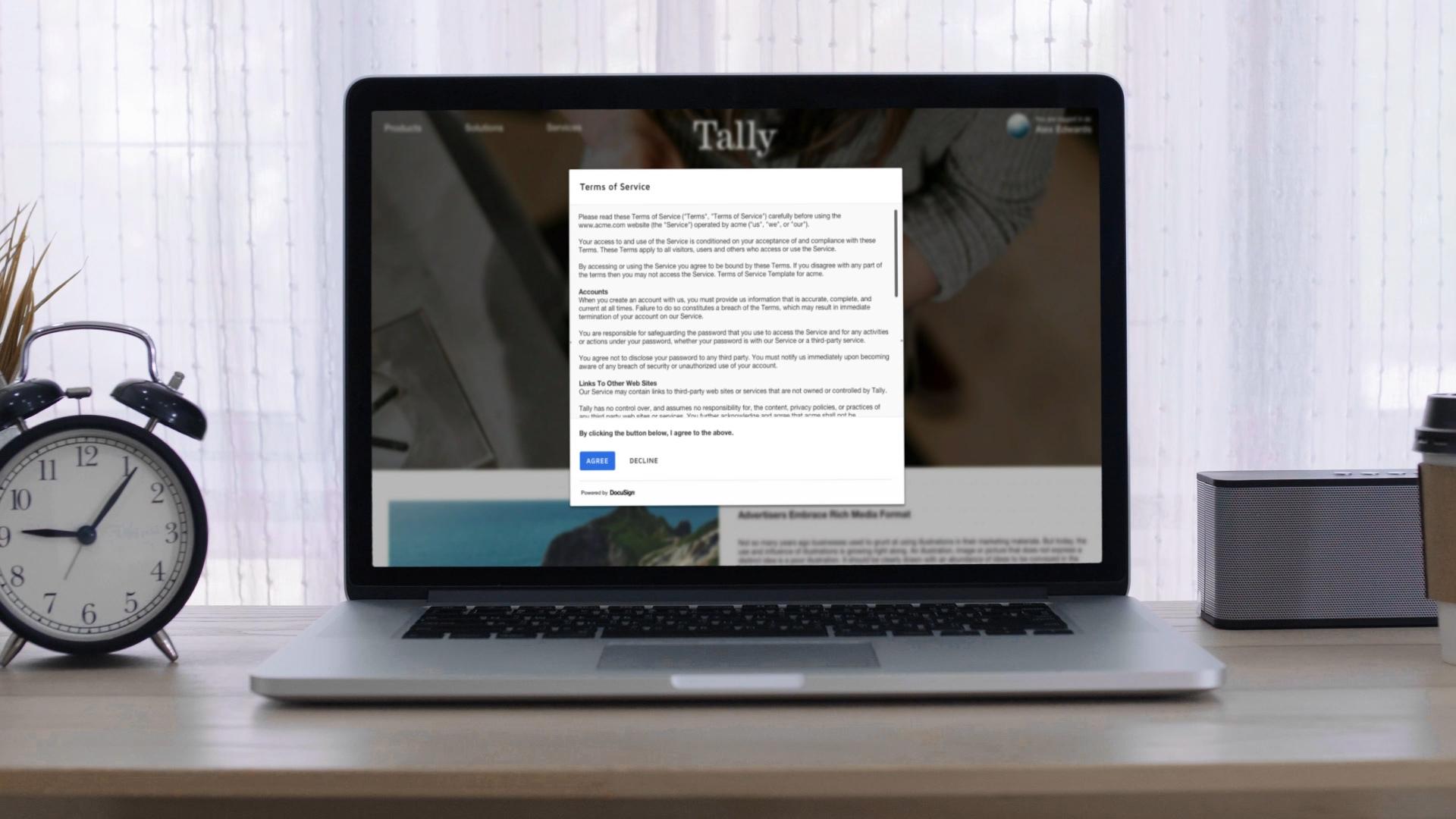 Um contrato de termos de serviço em uma mesa de luz em um navegador da web