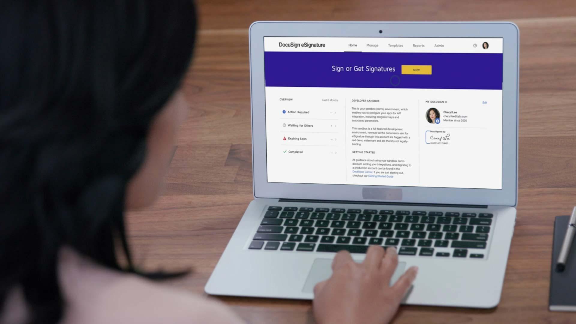 Mulher usando um Macbook Air com o DocuSign eSignature