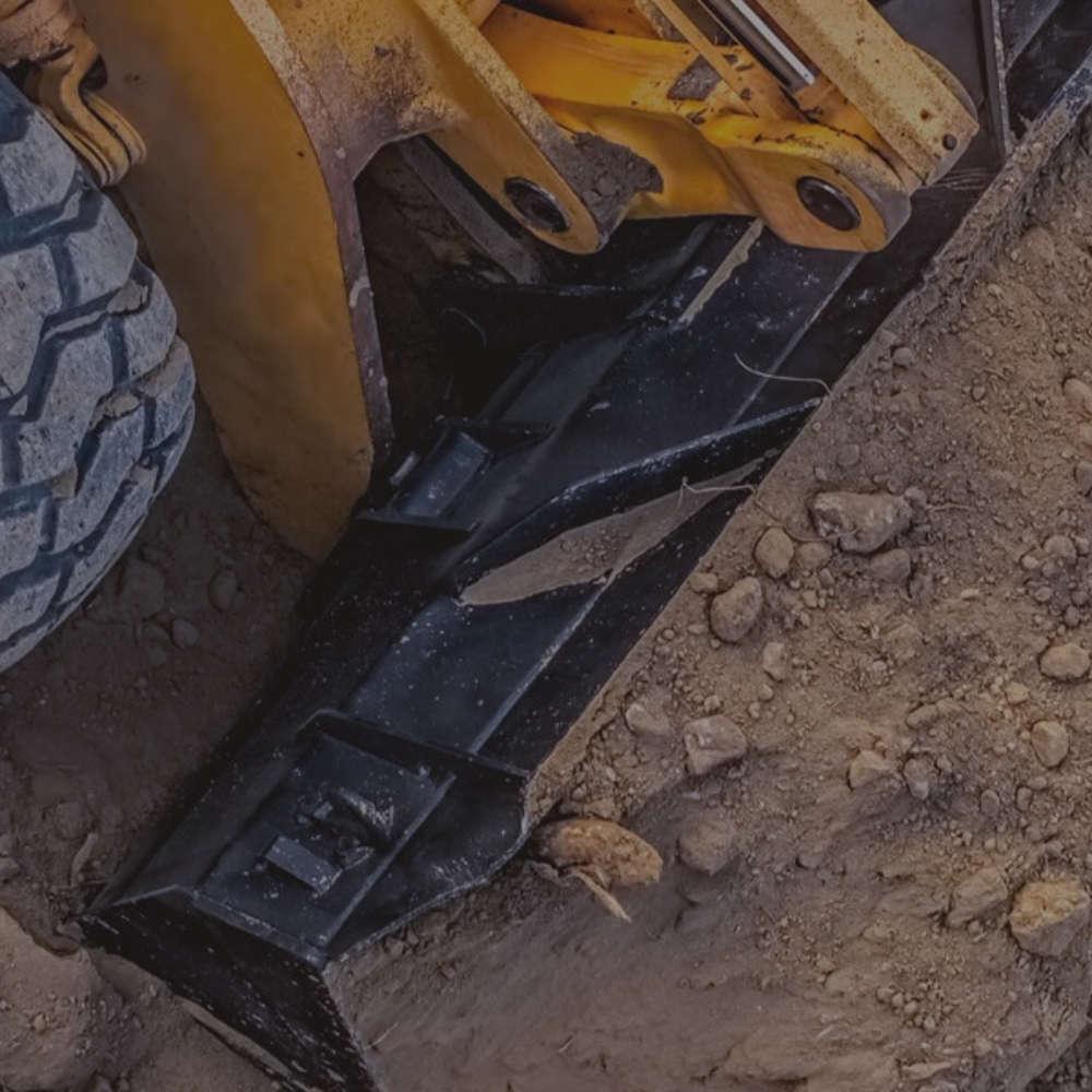 Escavadora empurrando terra