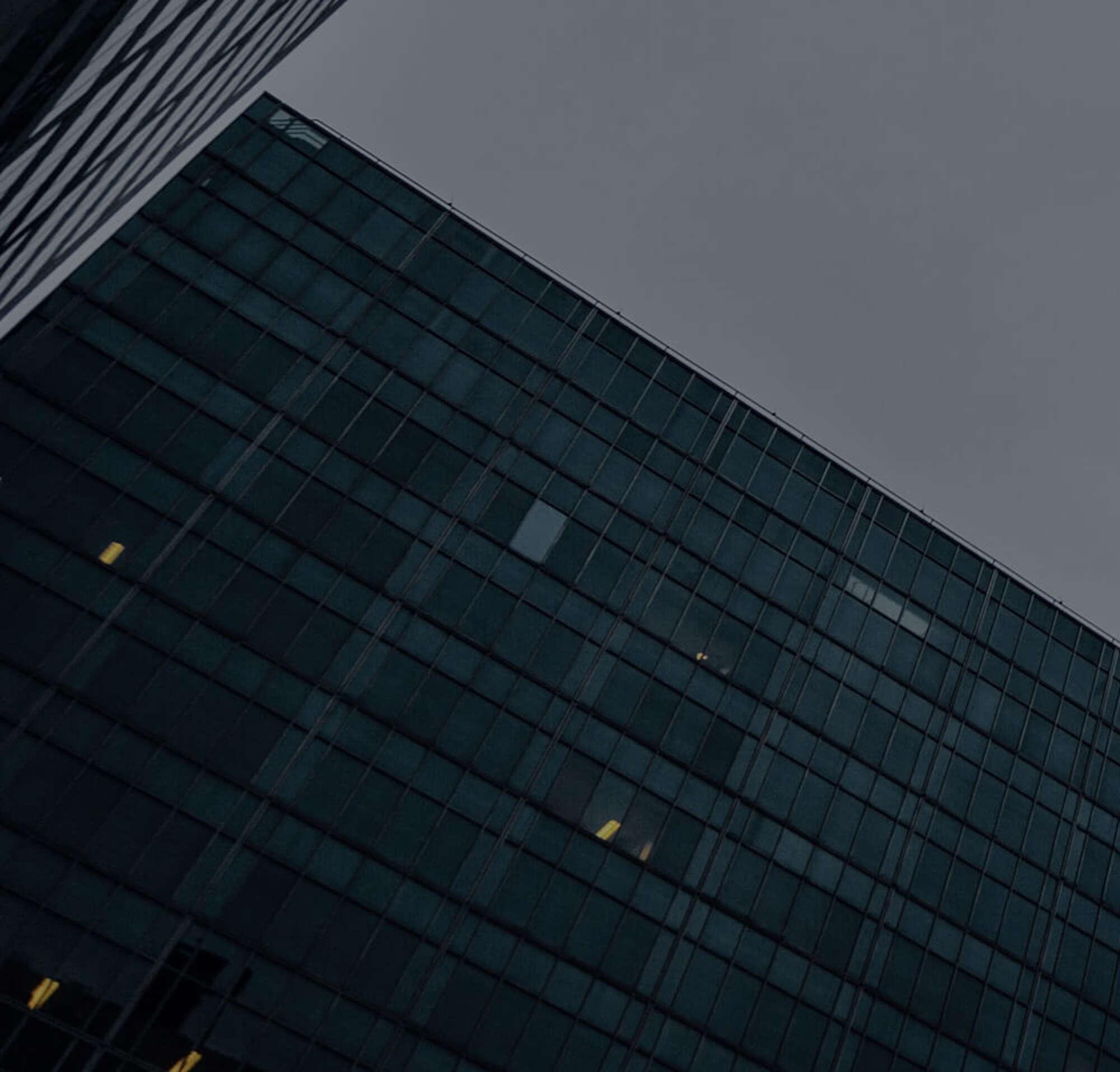 Edifício comercial arranha-céu, representando as localizações de clientes do departamento jurídico da DocuSign.