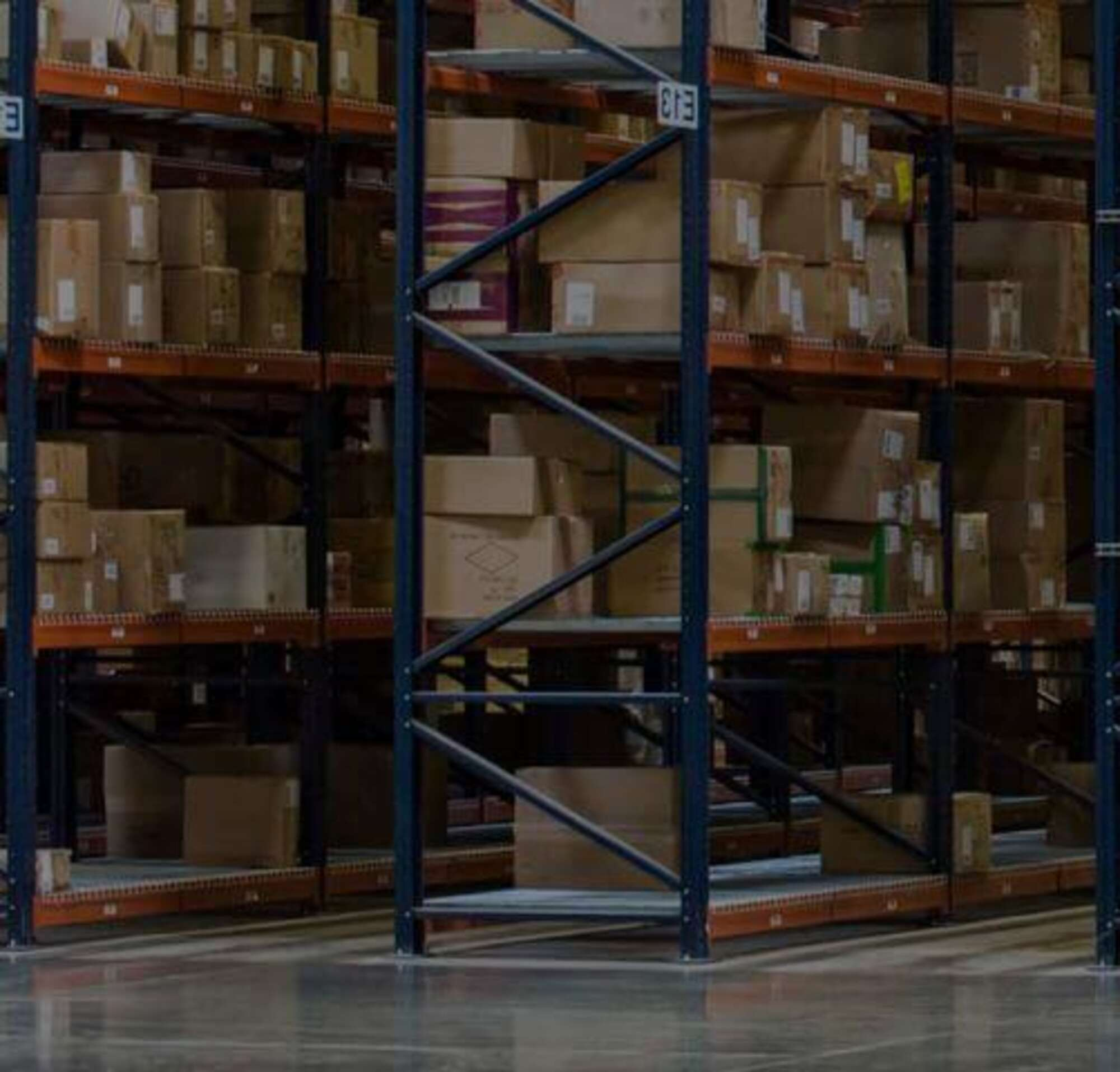 Duas pessoas em um armazém cheio de caixas.