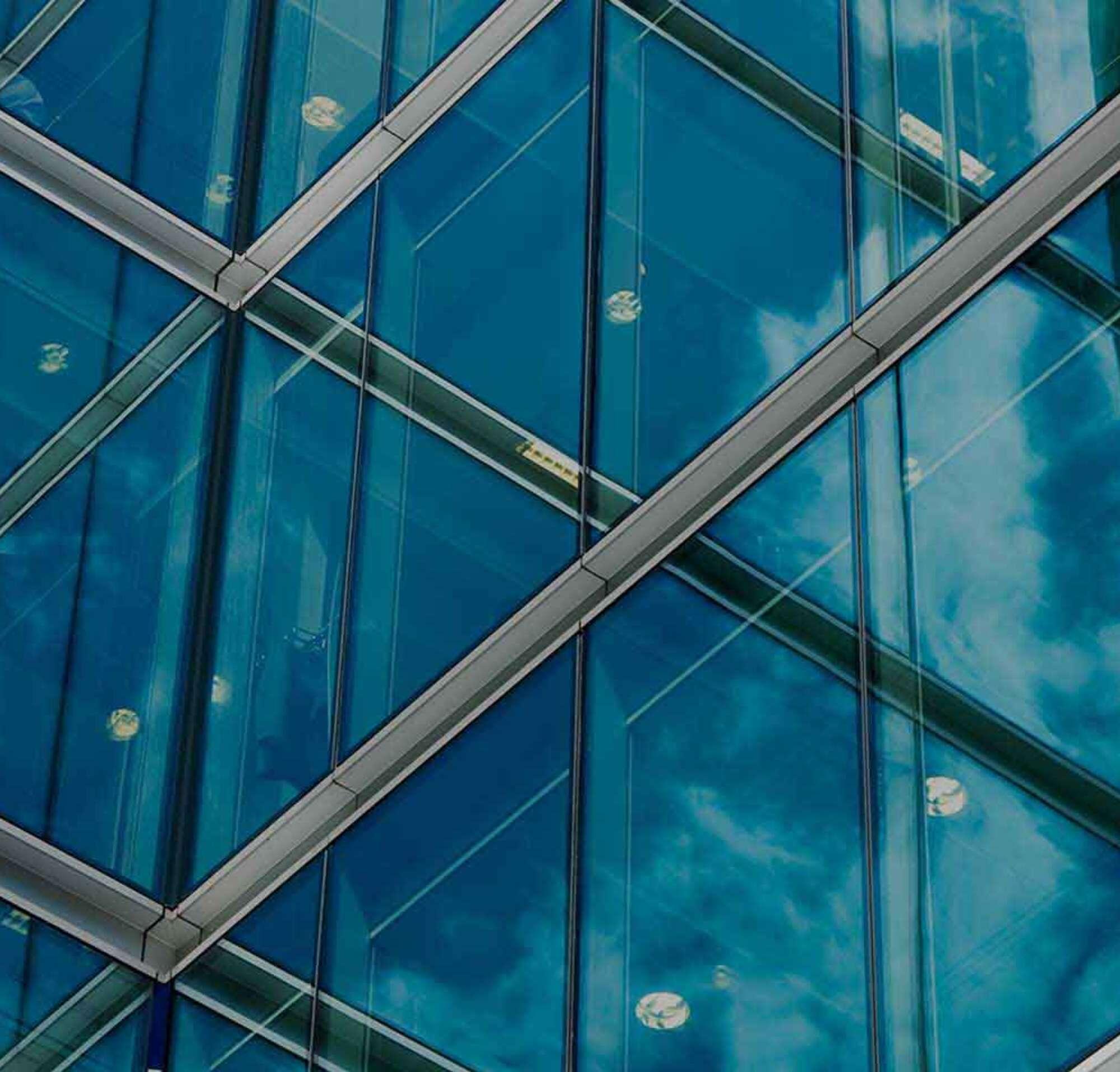 Edifício com janelas de vidro com um texto apresentando os produtos, as integrações e APIs da DocuSign.