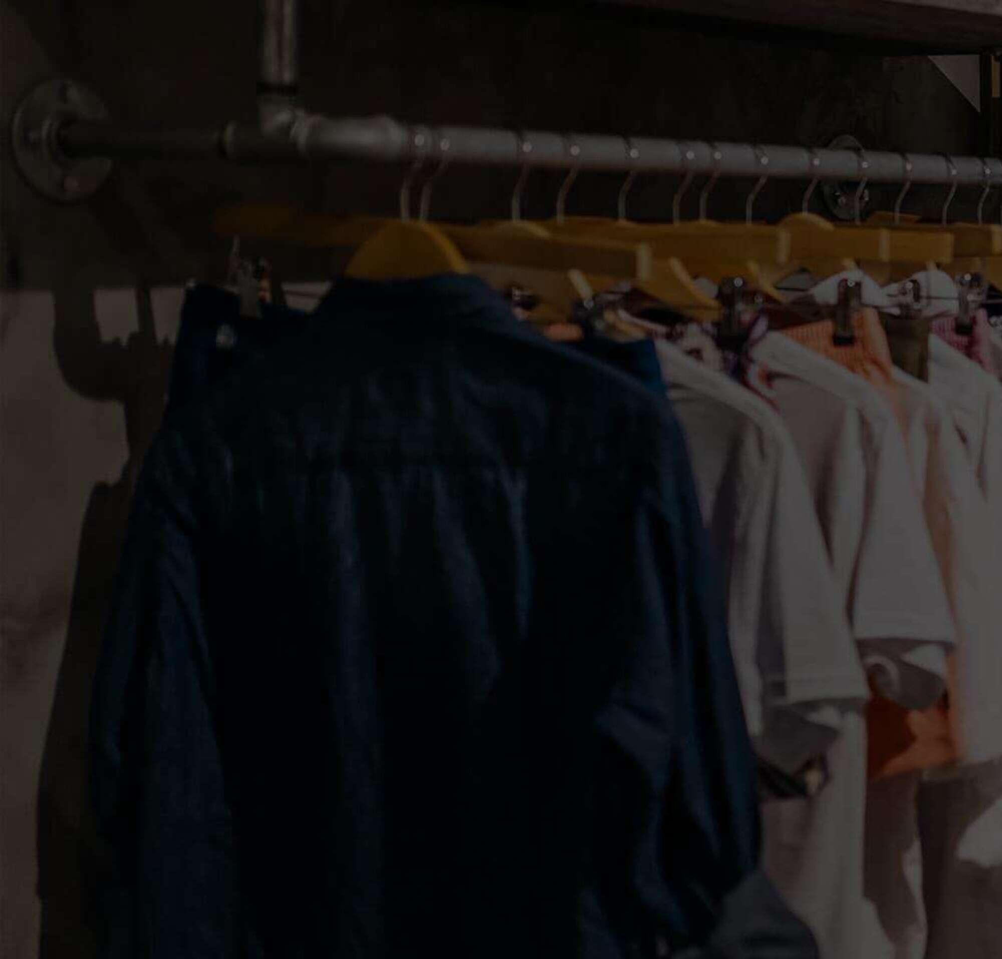 Uma prateleira de roupas em uma loja.