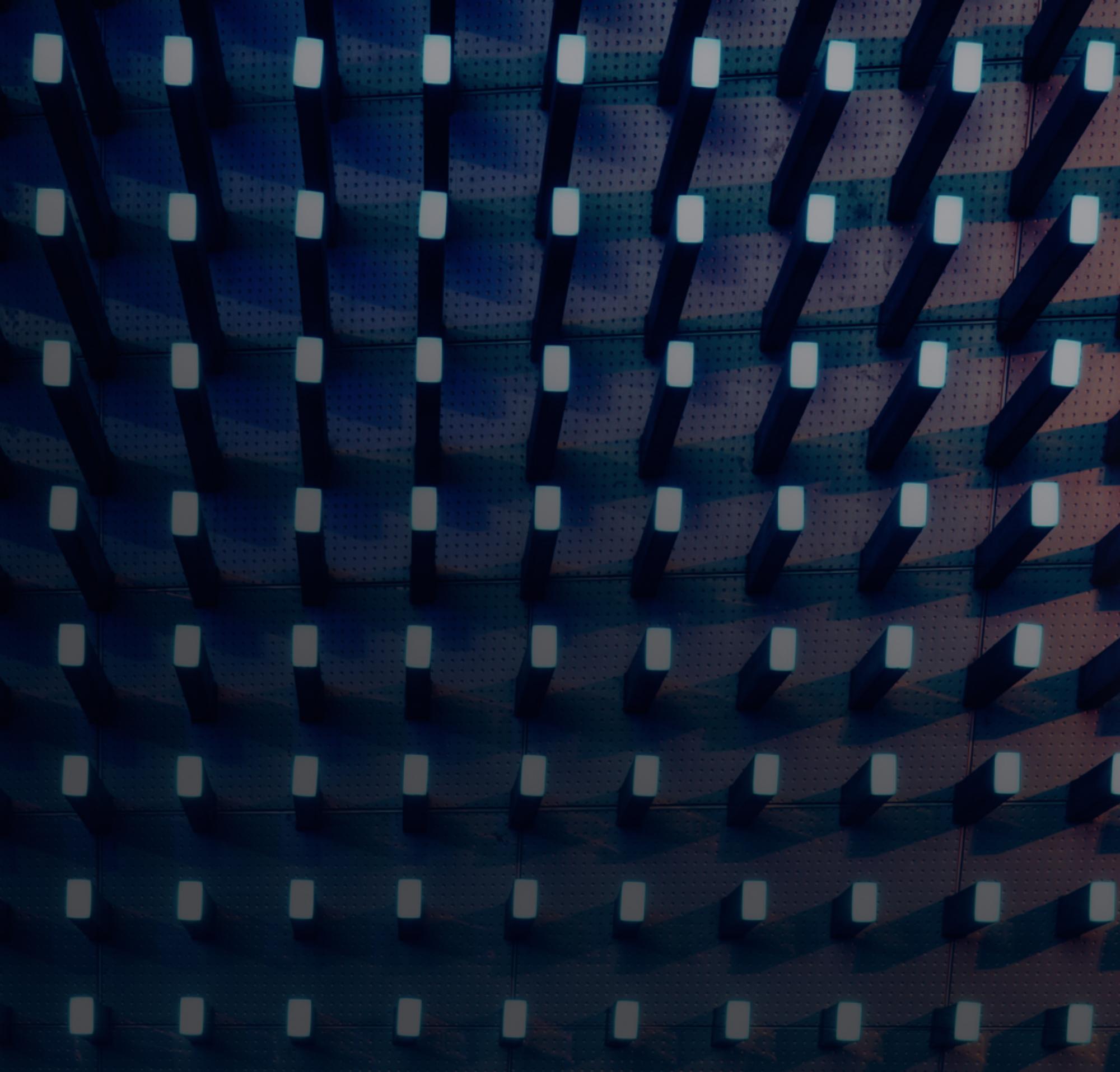 Pinos em uma placa de etiqueta em iluminação escura.