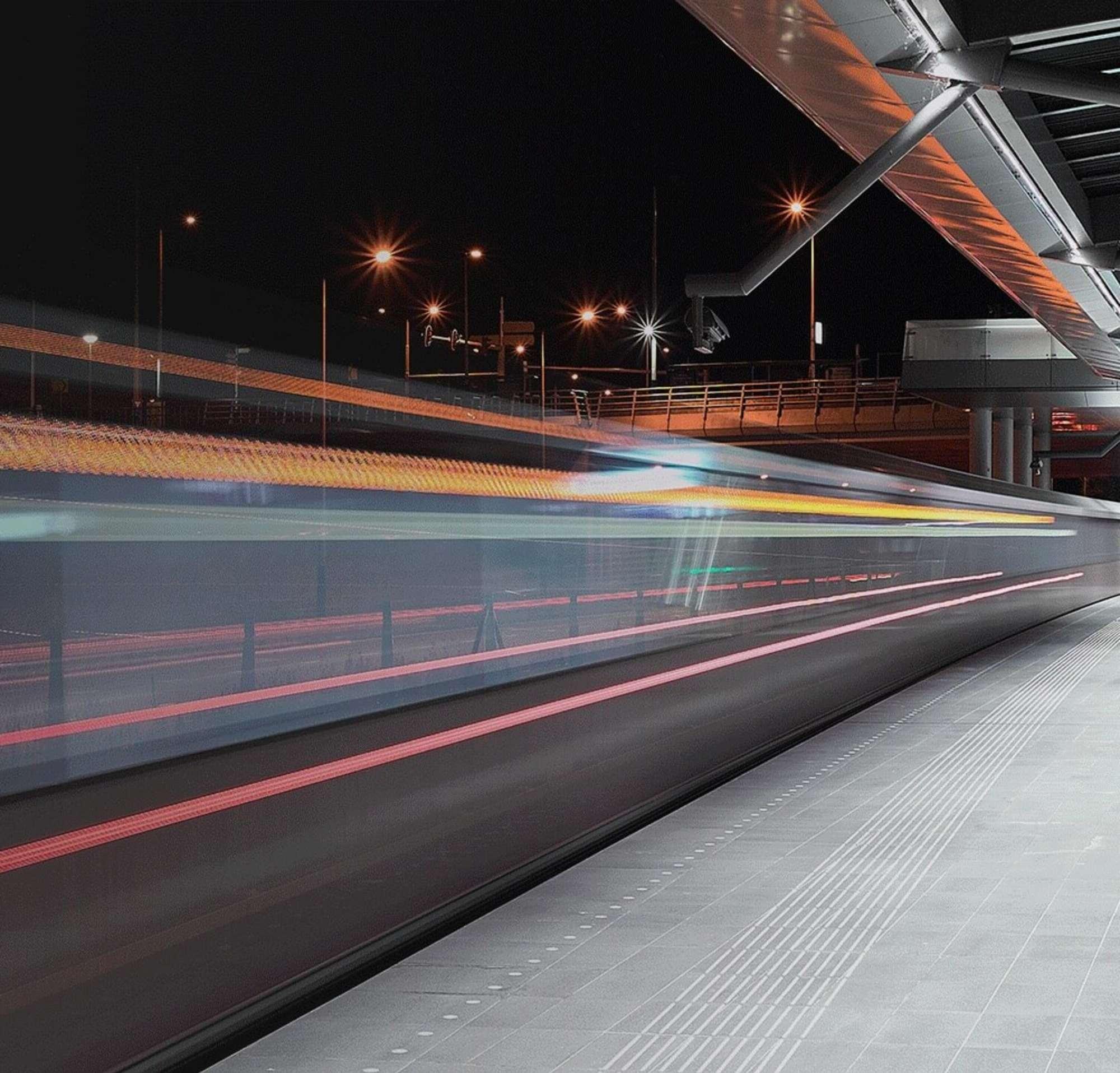 Um trem em alta velocidade passando numa estação de trem