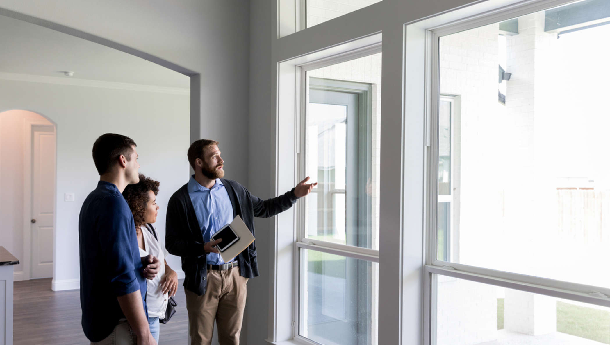 Agente imobiliário mostrando apartamento