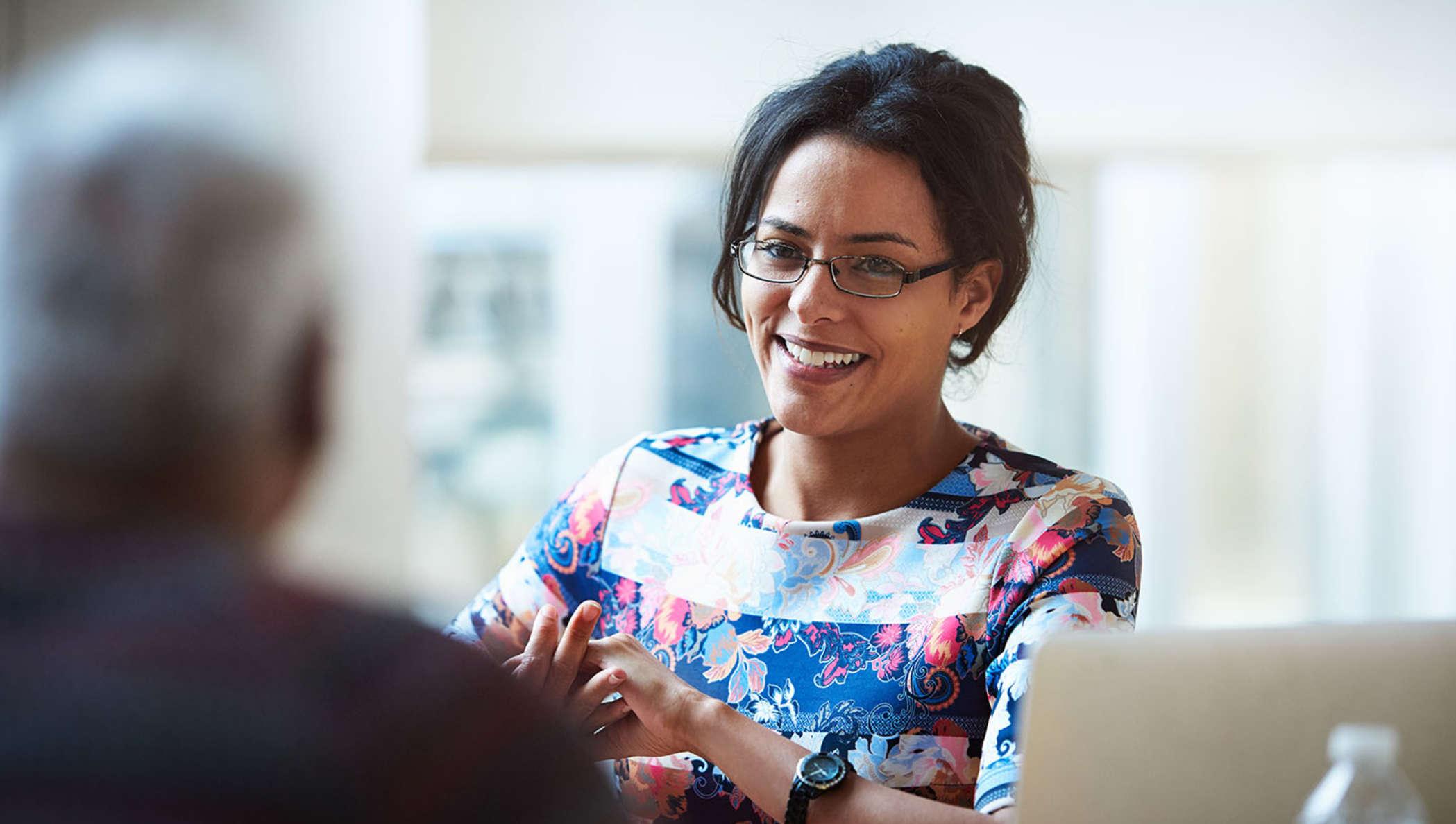 Enfermeira em uma reunião com um paciente para discutir as opções de assinatura eletrônica da DocuSign.