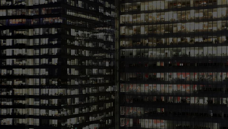 Edifício de escritórios com janelas de vidro e um grande departamento jurídico usando DocuSign.